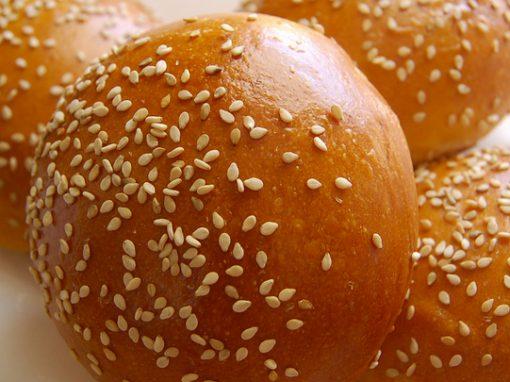 Blue cheese-burgers med spidskål og røde løg