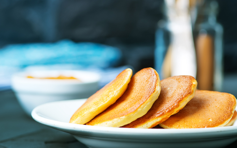 Amerikanske pandekager med appelsinmarmelade